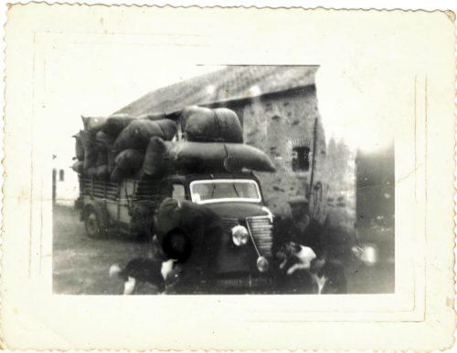 Photo d'archive de la famille Vallée : En bas à droite : Grand-père Vallée, devant un chargement de menthe.